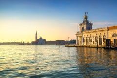 威尼斯盐水湖、圣乔治教会和蓬塔della Dogana在sunr 免版税库存图片