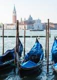 威尼斯看法往运河和长平底船的 免版税库存照片