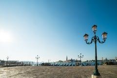 威尼斯看法往运河和长平底船的 库存照片
