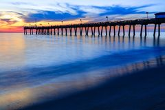 威尼斯码头,佛罗里达,日落的以故意地显示行动和秀丽的模糊的波浪 库存照片