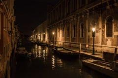 威尼斯美丽的风景街道在晚上 免版税图库摄影