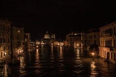 威尼斯美丽的风景街道在晚上 免版税库存照片