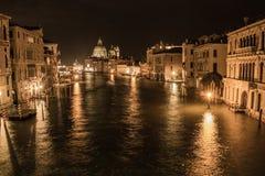 威尼斯美丽的风景街道在晚上 库存照片