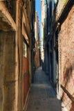 威尼斯许多狭窄的街道之一在一个晴朗的夏日 免版税库存照片