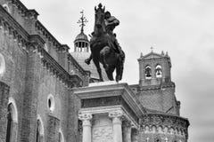 威尼斯运河、大厦和小船 库存照片