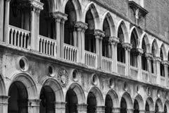 威尼斯运河、大厦和小船 免版税库存图片