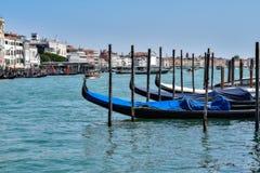 威尼斯运河、大厦和小船 免版税图库摄影
