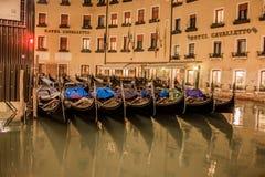 威尼斯运河和不尽的街道的美好的夜风景  库存照片