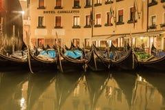 威尼斯运河和不尽的街道的美好的夜风景  免版税库存图片