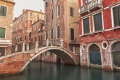 威尼斯运河和桥梁场面 免版税库存照片