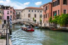 威尼斯运河和街道  免版税库存照片