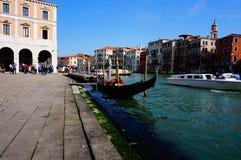 威尼斯运河和长平底船 免版税图库摄影