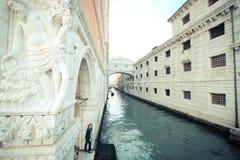 威尼斯运河在天 免版税库存图片