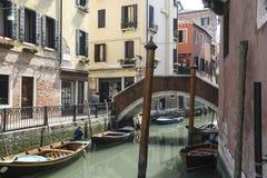 威尼斯运河有长平底船的 免版税库存照片