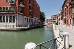 威尼斯运河的典型的看法  非常大厦之间的狭窄的距离 图库摄影