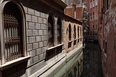 威尼斯运河的典型的看法  非常大厦之间的狭窄的距离 免版税库存图片