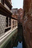 威尼斯运河的典型的看法  非常大厦之间的狭窄的距离 库存图片