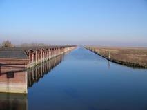 威尼斯运河的船库 免版税图库摄影