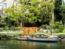 威尼斯运河,有小船的舒适五颜六色的房子2017年8月13日, -威尼斯海滩,洛杉矶,加利福尼亚 免版税库存图片