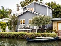 威尼斯运河,有小船的舒适五颜六色的房子2017年8月13日, -威尼斯海滩,洛杉矶,加利福尼亚 库存图片