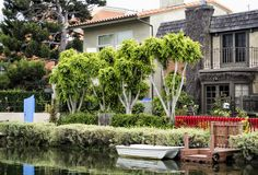 威尼斯运河,有小船的-威尼斯海滩,洛杉矶,加利福尼亚舒适五颜六色的房子 免版税库存照片