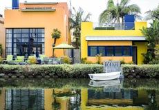 威尼斯运河,有小船的-威尼斯海滩,洛杉矶,加利福尼亚舒适五颜六色的房子 库存照片
