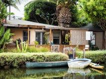 威尼斯运河,有小船的-威尼斯海滩,洛杉矶,加利福尼亚舒适五颜六色的房子 免版税库存图片