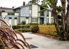 威尼斯运河, 2017年8月13日的舒适五颜六色的房子, -威尼斯海滩,洛杉矶,加利福尼亚 免版税库存图片