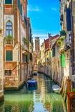 威尼斯都市风景、水运河、钟楼教会和传统建筑。意大利 库存照片