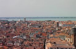 威尼斯都市风景 瓦屋顶在一热和闷热天,看对盐水湖 免版税图库摄影