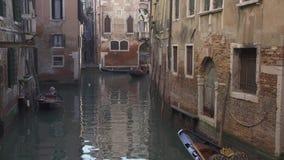 威尼斯长平底船在一条小运河的小船交通 股票录像