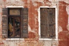威尼斯风化了视窗 免版税库存照片