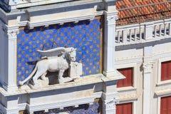 威尼斯飞过的狮子钟楼的 库存照片