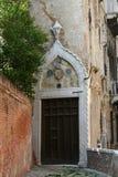 威尼斯,一个古老宫殿的门 免版税库存图片