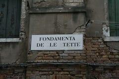 威尼斯,典型的路标叫 库存照片