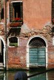 威尼斯,在水的老门 图库摄影
