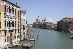 威尼斯,在盛大卡纳莱的长平底船 免版税库存照片