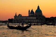威尼斯,意大利。在大运河的长平底船日落的 图库摄影