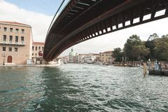 威尼斯,意大利风景在从桥梁下面的一明亮的好日子 免版税库存图片