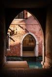 威尼斯,意大利,在日落的建筑学细节 轻的影子 库存图片