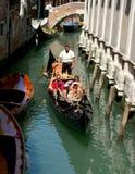 威尼斯,意大利,滑动沿运河的长平底船 免版税库存照片