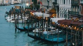 威尼斯,意大利, 2017年9月7日:在威尼斯式样式的惊人的晚上的咖啡发光数百光,长平底船 影视素材