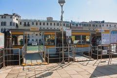 威尼斯,意大利, 2017年2月14日 威尼斯市意大利 看法渡船码头watter在大运河的出租汽车中止小船的 免版税库存照片