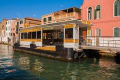威尼斯,意大利, 2017年2月14日 威尼斯市意大利 看法渡船码头watter在大运河的出租汽车中止小船的 库存照片
