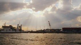 威尼斯,意大利, 2017年6月:威尼斯运输插孔  货物和客船交通在海湾的,在天空光芒  股票视频