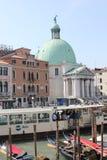 威尼斯,意大利, 2014年6月4日:到达在威尼斯,从出口os圣诞老人露西娅火车站的看法,充分面对正方形peopl 图库摄影