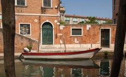 威尼斯,意大利:威尼斯,小船传统看法在大厦附近停泊了 库存照片