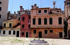 威尼斯,意大利:calla de la Madelena Medieval议院 免版税库存照片