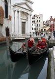 威尼斯,意大利-两艘长平底船在威尼斯,历史的宫殿全景  免版税图库摄影