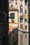 威尼斯,意大利-古老大厦和一艘长平底船在运河在威尼斯,威尼托, 库存照片
